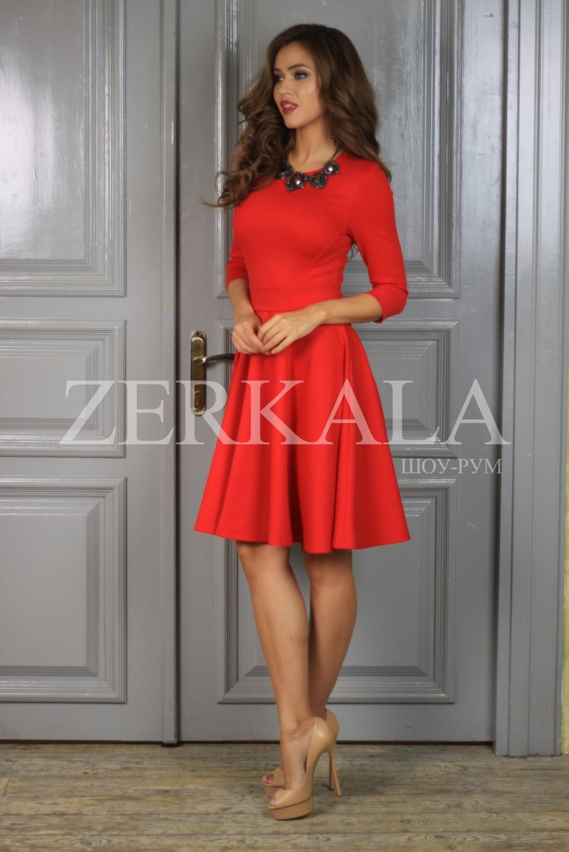 Красное платье с кружевом по низу