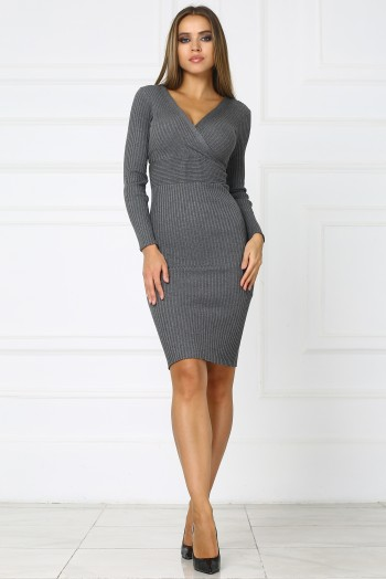 Серое трикотажное платье с вырезом на груди