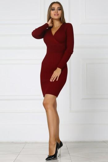 Бордовое трикотажное платье с вырезом на груди