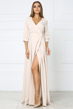 Бежевое длинное платье с вырезом на ноге