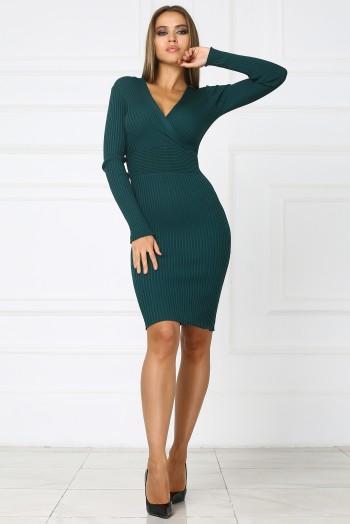 Зеленое трикотажное платье с вырезом на груди