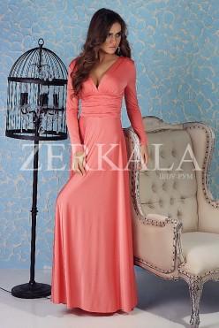 Длинное коралловое платье с вырезом на груди