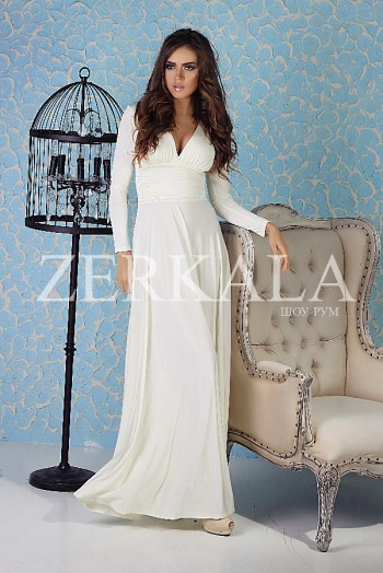 Белое платье в пол с длинными рукавами и вырезом на груди