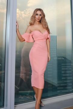 Розовое платье миди с открытыми плечами