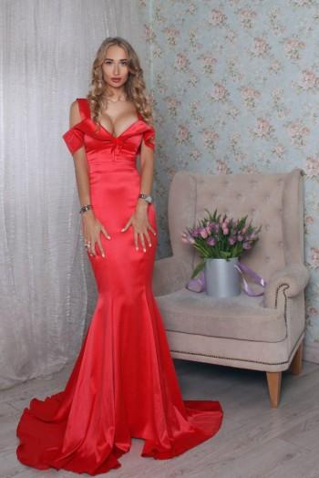 Вечернее красное платье со шлейфом