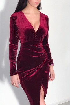Бордовое бархатное платье с разрезом на грудии
