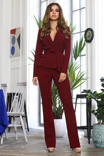 Бордовый брючный костюм с пояском
