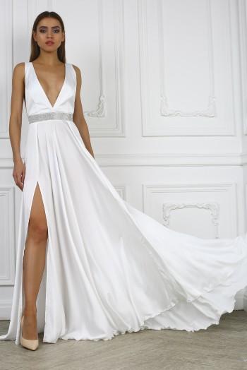 Белое платье с поясом из кристаллов
