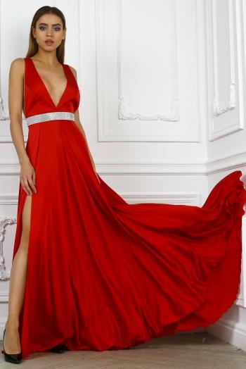 Красное платье с поясом из кристаллов
